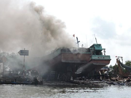 Tàu cá chứa 8.000 lít dầu bốc cháy dữ dội sau tiếng nổ - ảnh 1