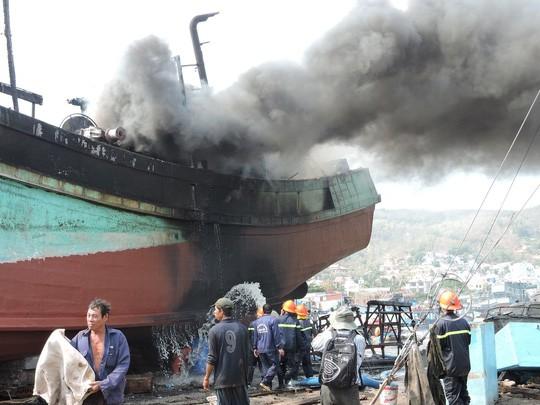 Tàu cá chứa 8.000 lít dầu bốc cháy dữ dội sau tiếng nổ - ảnh 2