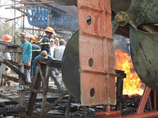 Tàu cá chứa 8.000 lít dầu bốc cháy dữ dội sau tiếng nổ - ảnh 3