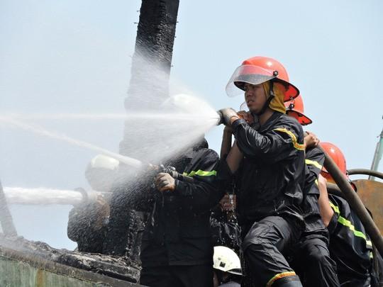 Tàu cá chứa 8.000 lít dầu bốc cháy dữ dội sau tiếng nổ - ảnh 4