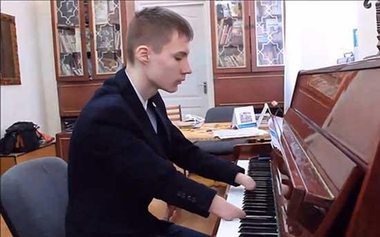 Chàng trai không có ngón tay trở thành thần đồng piano - ảnh 1