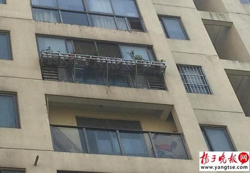 Bé trai 3 tuổi sống sót kỳ diệu sau khi rơi từ tầng 15 - ảnh 1
