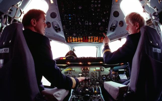 Vì sao phải yêu cầu hành khách đưa điện thoại về chế độ máy bay? - ảnh 1