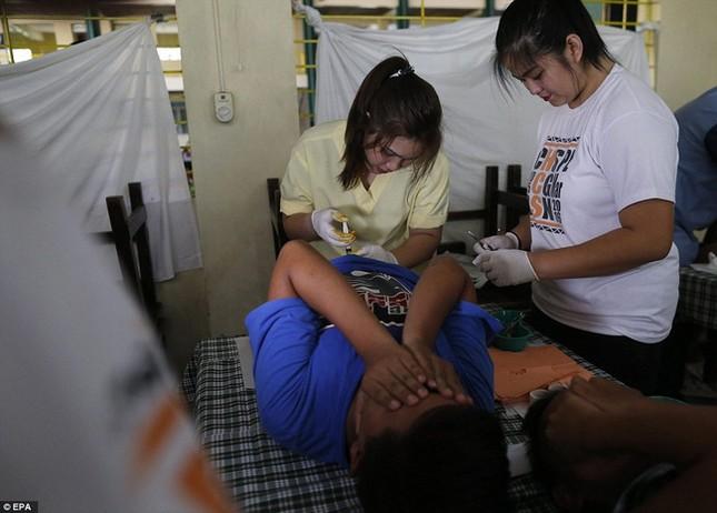 300 trẻ em đau đớn trong lễ cắt bao quy đầu ở Philippines - ảnh 6