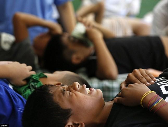 300 trẻ em đau đớn trong lễ cắt bao quy đầu ở Philippines - ảnh 4