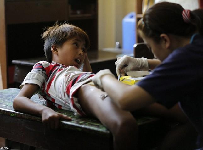 300 trẻ em đau đớn trong lễ cắt bao quy đầu ở Philippines - ảnh 3