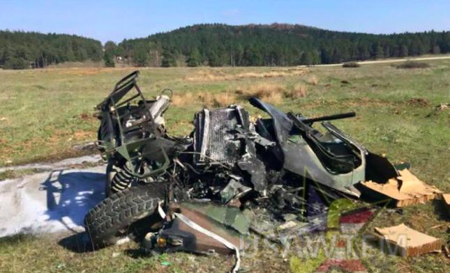 Xe quân sự Humvee của Mỹ gặp sự cố tuột dù rơi xuống đất tan nát - ảnh 1