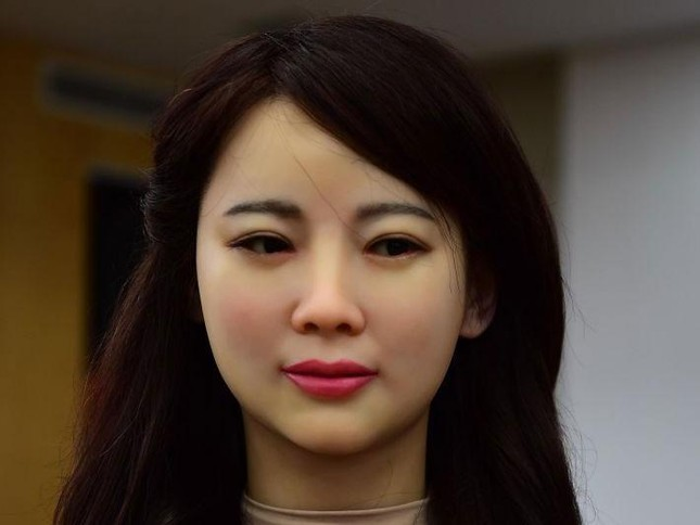 Robot Trung Quốc xinh đẹp: 'Đừng chụp gần, mặt tôi trông sẽ béo' - ảnh 1