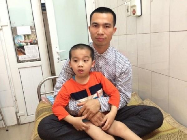 Sau khi mổ ruột thừa, bé trai bị liệt luôn 2 chân - ảnh 1