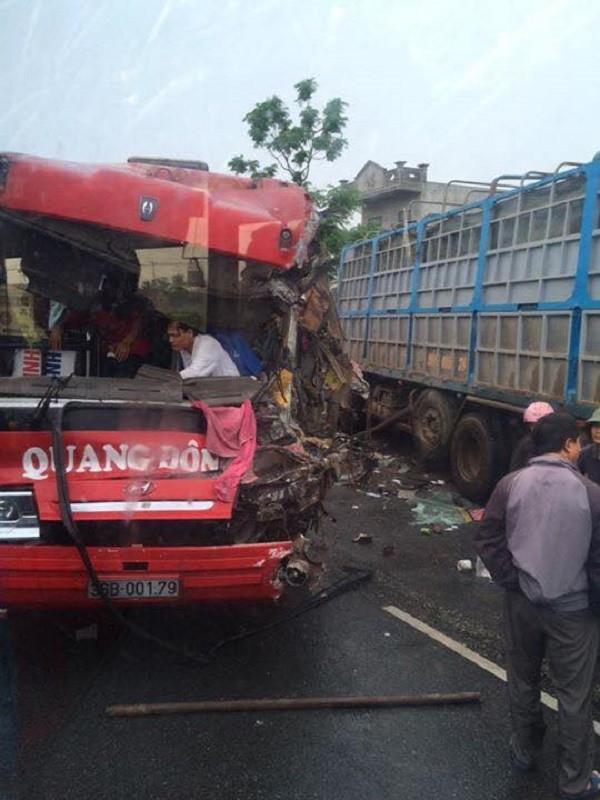 Tai nạn giao thông: Hàng chục hành khách trên xe kêu cứu - ảnh 1