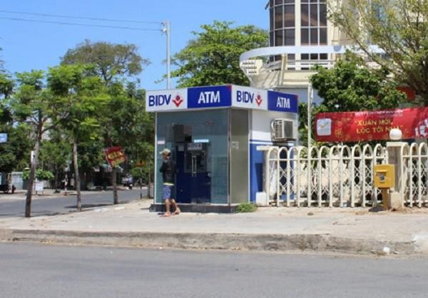 Hà Nội: Bắt 2 người đàn ông TQ trộm 60 triệu đồng từ cây ATM - ảnh 1