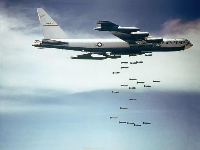 Video: 'Pháo đài bay' B-52 ném bom dữ dội xuống căn cứ IS - ảnh 1