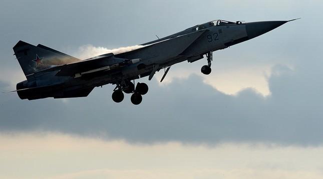 Tiêm kích MiG-31 Nga chặn máy bay do thám Mỹ ở vùng Viễn Đông - ảnh 1