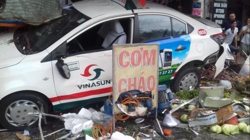 Bình Dương: Taxi Vinasun gây tai nạn liên hoàn, 7 người bị thương - ảnh 1