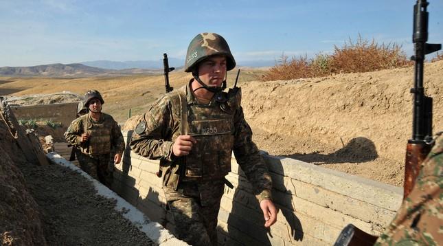 Armenia, Azerbaijan điều xe tăng, trực thăng giao tranh dữ dội - ảnh 1