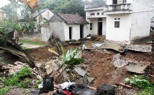 'Hố tử thần' xuất hiện tại Hà Nội, nuốt chửng đường thôn - ảnh 1
