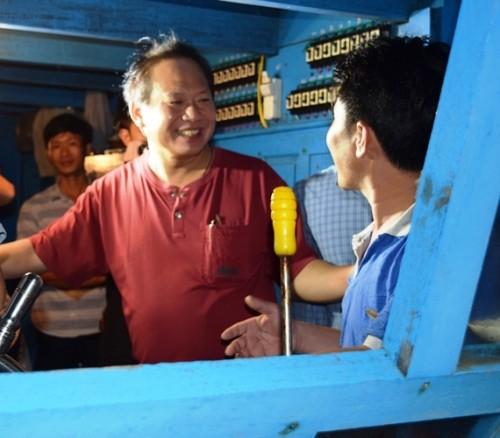 Bộ trưởng xuống tàu mua cá của ngư dân ngay trong đêm - ảnh 1
