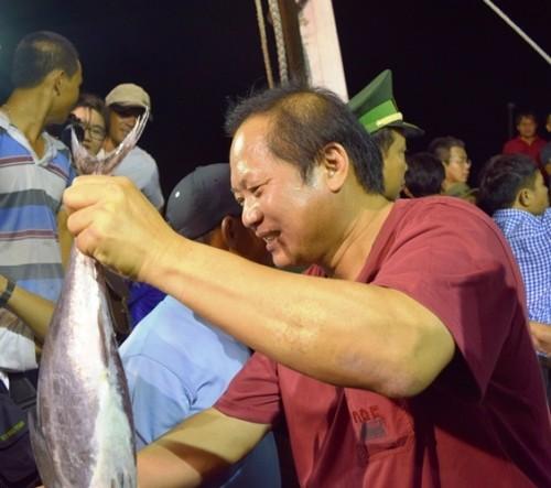 Bộ trưởng xuống tàu mua cá của ngư dân ngay trong đêm - ảnh 3
