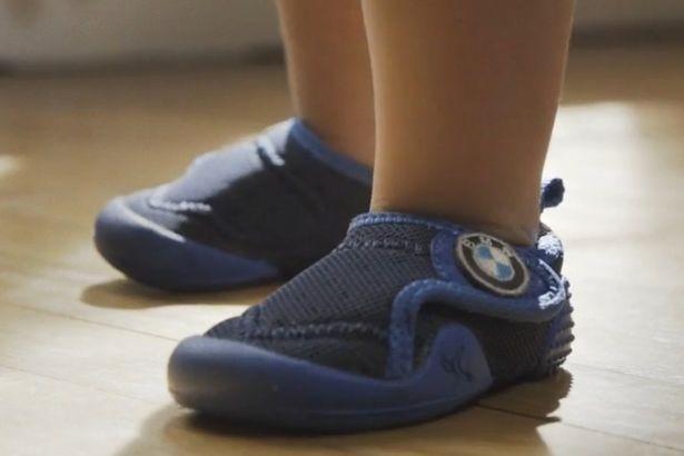 BMW phát minh giày giúp trẻ em tập đi không bị ngã - ảnh 1