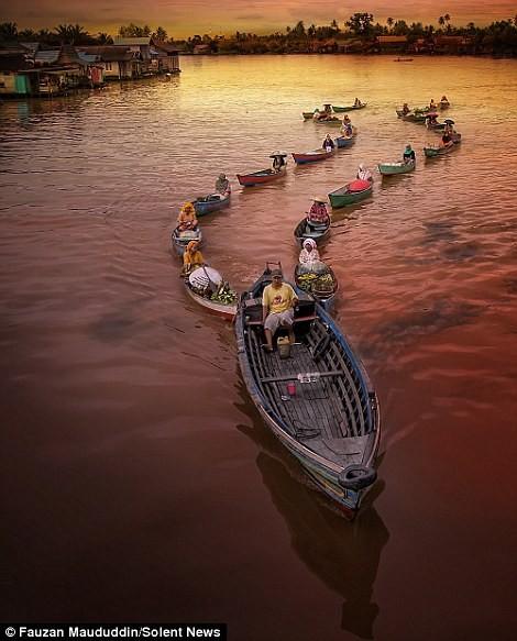 Cuộc sống thường ngày ở chợ nổi Indonesia - ảnh 2
