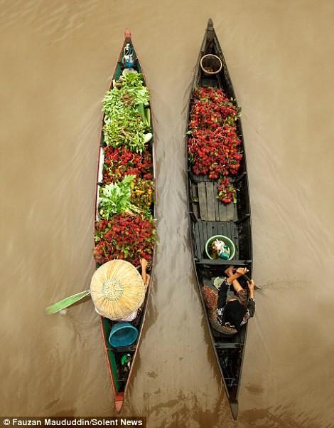 Cuộc sống thường ngày ở chợ nổi Indonesia - ảnh 5