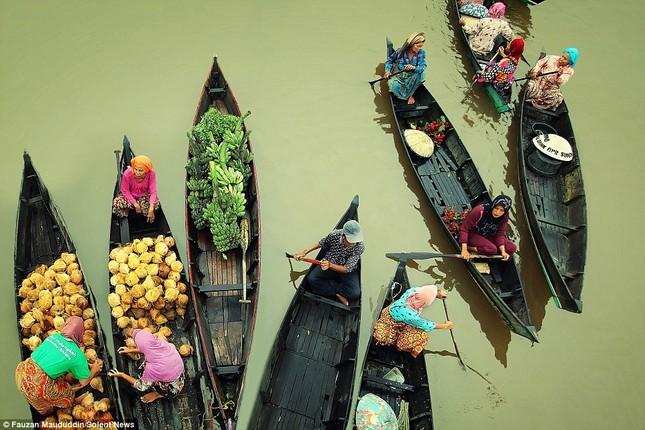 Cuộc sống thường ngày ở chợ nổi Indonesia - ảnh 4