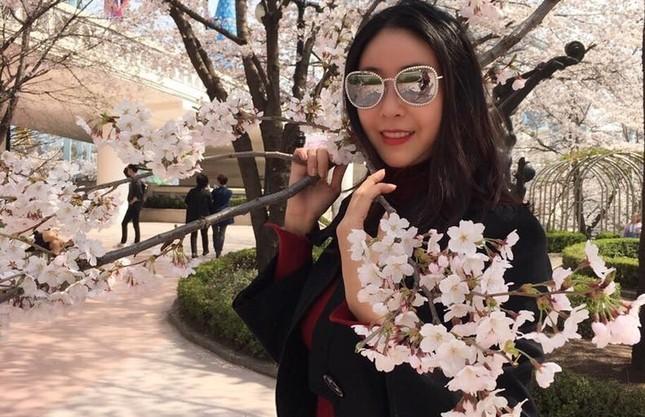 Hoa hậu Hà Kiều Anh rạng ngời cùng các con ngắm hoa anh đào - ảnh 1
