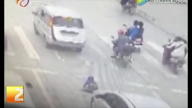 Em bé rơi ra khỏi ô tô đang chạy, bị xe phía sau chèn qua [VIDEO] - ảnh 1