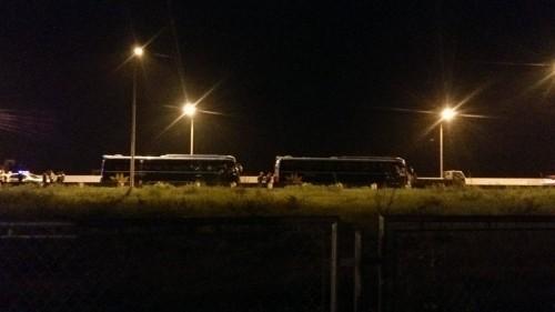 Phản đối tăng phí, xe khách chắn ngang cao tốc Hà Nội-Hải Phòng - ảnh 1