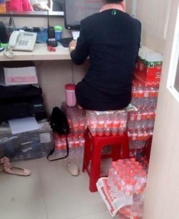 TGĐ xin lỗi vì nhân viên lấy lốc nước mời khách lót mông ngồi - ảnh 1
