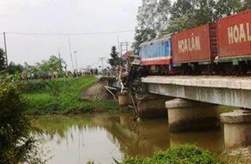 Nghệ An: Tàu hỏa đâm xe tải kẹt cứng trên cầu dân sinh - ảnh 1
