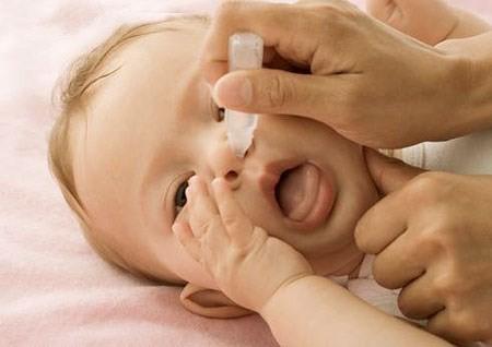 Bé 2 tuổi nguy kịch vì uống nhầm thuốc nhỏ mũi Naphazolin - ảnh 1
