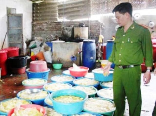 Phát hiện cơ sở bày bán công khai hóa chất TQ tẩy trắng măng - ảnh 2