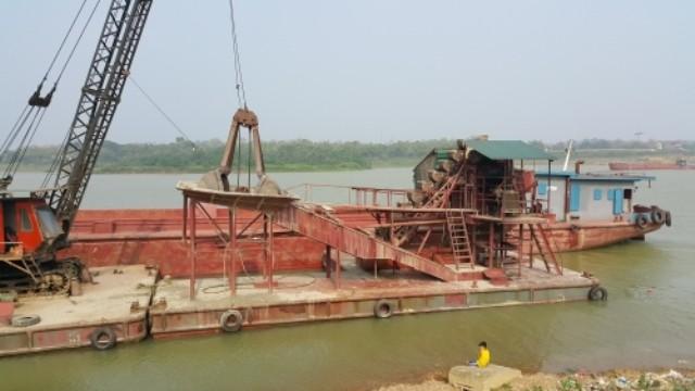 Cả làng góp tiền mua tàu đuổi 'cát tặc' - ảnh 4