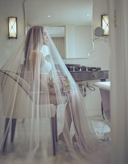 Siêu mẫu Ngọc Thúy tung ảnh cưới nội y nóng bỏng lên xe hoa lần 2 - ảnh 2