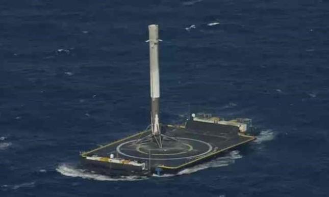 Tên lửa SpaceX lần đầu hạ cánh trên biển thành công - ảnh 1
