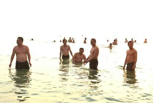 Lãnh đạo Đà Nẵng tắm biển, ăn cá của ngư dân - ảnh 1