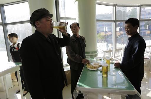 Người dân Bình Nhưỡng 'rủng rỉnh' uống bia sau giờ làm việc - ảnh 3