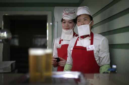 Người dân Bình Nhưỡng 'rủng rỉnh' uống bia sau giờ làm việc - ảnh 4
