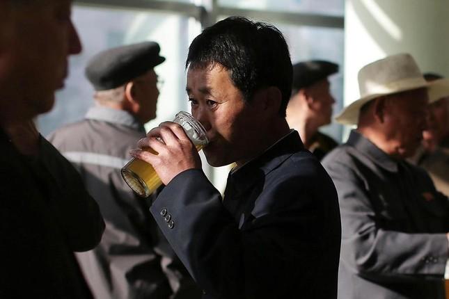 Người dân Bình Nhưỡng 'rủng rỉnh' uống bia sau giờ làm việc - ảnh 1