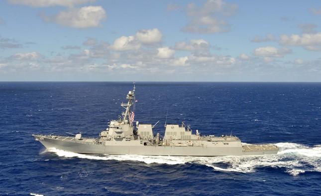 Tàu chiến Mỹ áp sát Đá Chữ Thập nơi Trung Quốc bồi lấp trái phép - ảnh 1