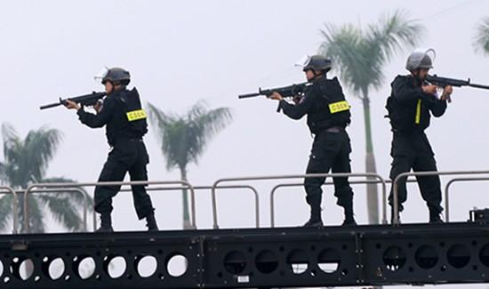 Hàng trăm cảnh sát đặc nhiệm Hà Nội bảo vệ đoàn Tổng thống Obama - ảnh 1