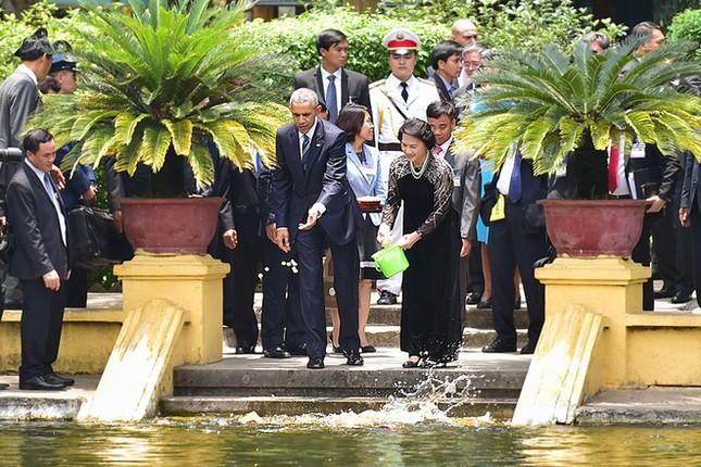 Ngày đầu bận rộn của ông Obama tại Việt Nam - ảnh 9