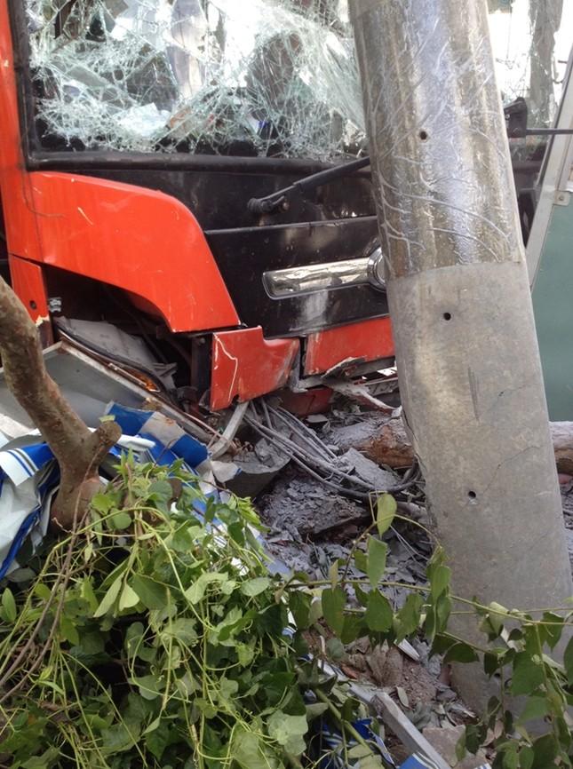 Xe khách giường nằm Phương Trang tự gây tai nạn - ảnh 1