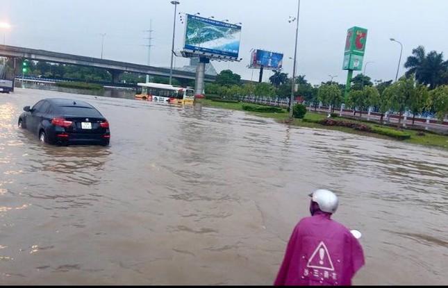Nhiều tuyến đường Hà Nội ngập sâu do mưa lớn kéo dài - ảnh 2
