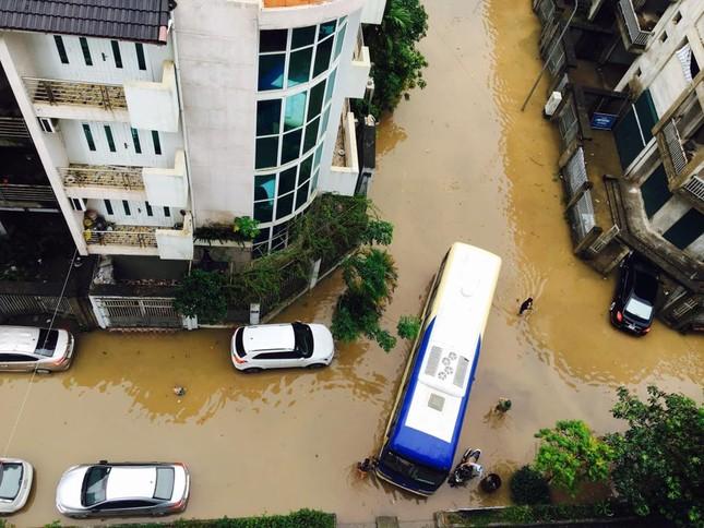 Nhiều tuyến đường Hà Nội ngập sâu do mưa lớn kéo dài - ảnh 1