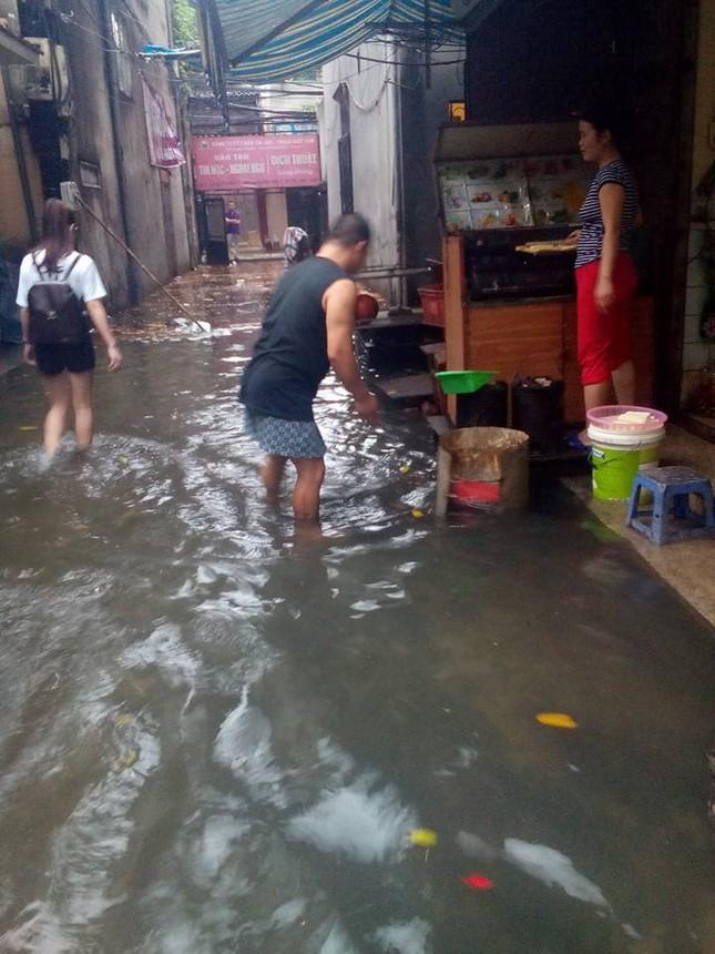 Nhiều tuyến đường Hà Nội ngập sâu do mưa lớn kéo dài - ảnh 8