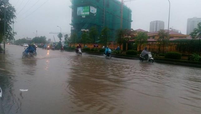 Nhiều tuyến đường Hà Nội ngập sâu do mưa lớn kéo dài - ảnh 3