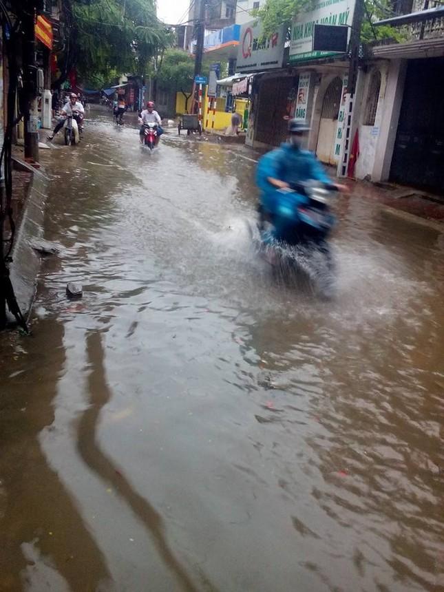 Nhiều tuyến đường Hà Nội ngập sâu do mưa lớn kéo dài - ảnh 4