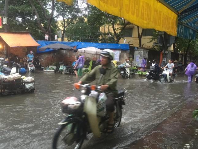 Nhiều tuyến đường Hà Nội ngập sâu do mưa lớn kéo dài - ảnh 7
